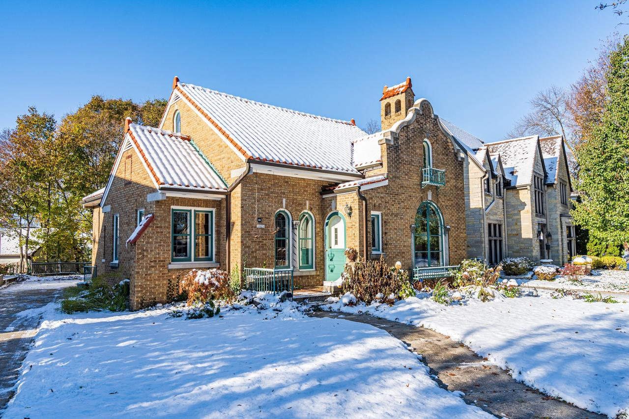 1621 E Blackthorne Pl PLACE, WHITEFISH BAY, WI 53211