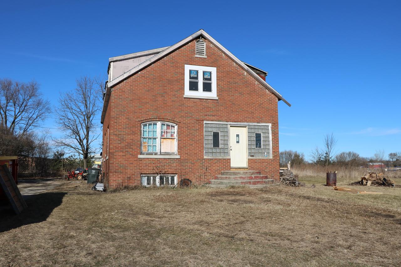 The potential is here! Bring your ideas, plans, etc.Large rooms, tall ceilings, 4 bedrooms, on a great 1.2 acre lot. Close to shopping, schools, library, restaurants and HWY 43.