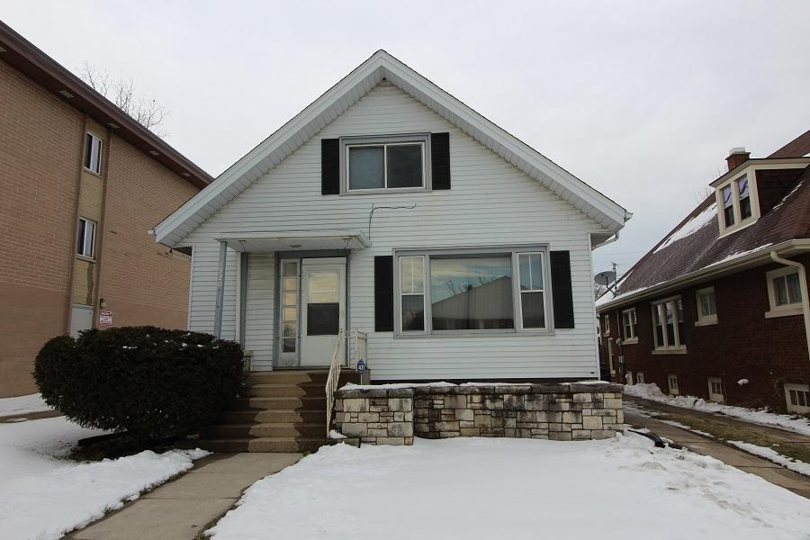 This is the perfect home for a big family. Plenty of rooms and space for your family to enjoy. Close to public transportation and shopping. This home gets lots of natural light and is ready for your special touches!
