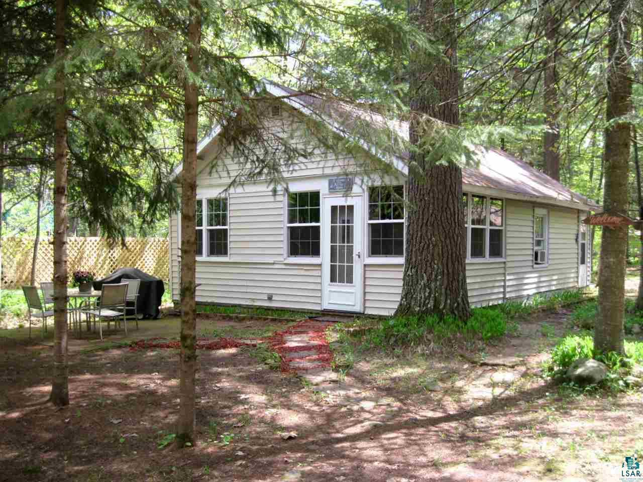 Cute as can be!  Seasonal cabin in the village, walking distance to the boat landing, the grocery store, Lucius Woods Performing Arts Center, the beach, everything Solon Springs has to offer.
