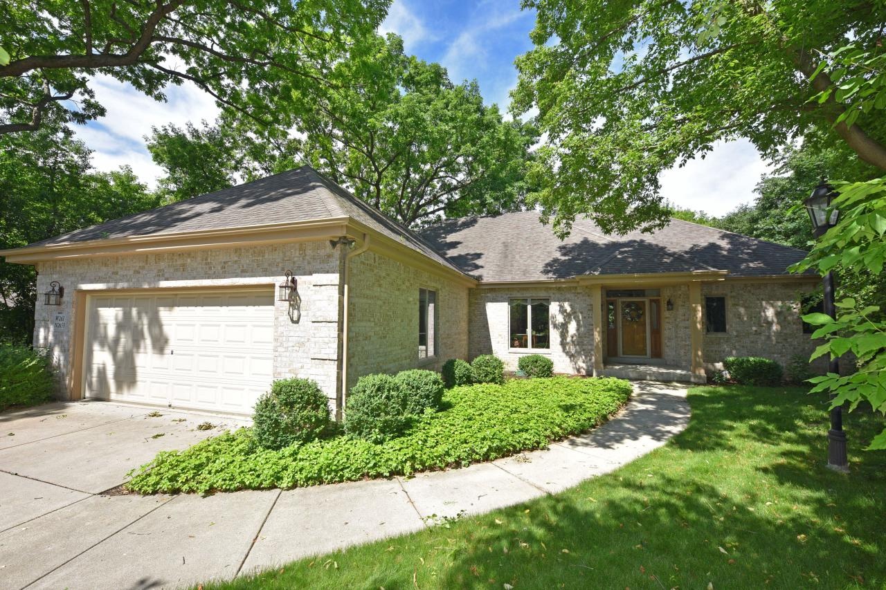 W261N2653 Deer Haven Dr DRIVE, PEWAUKEE, WI 53072