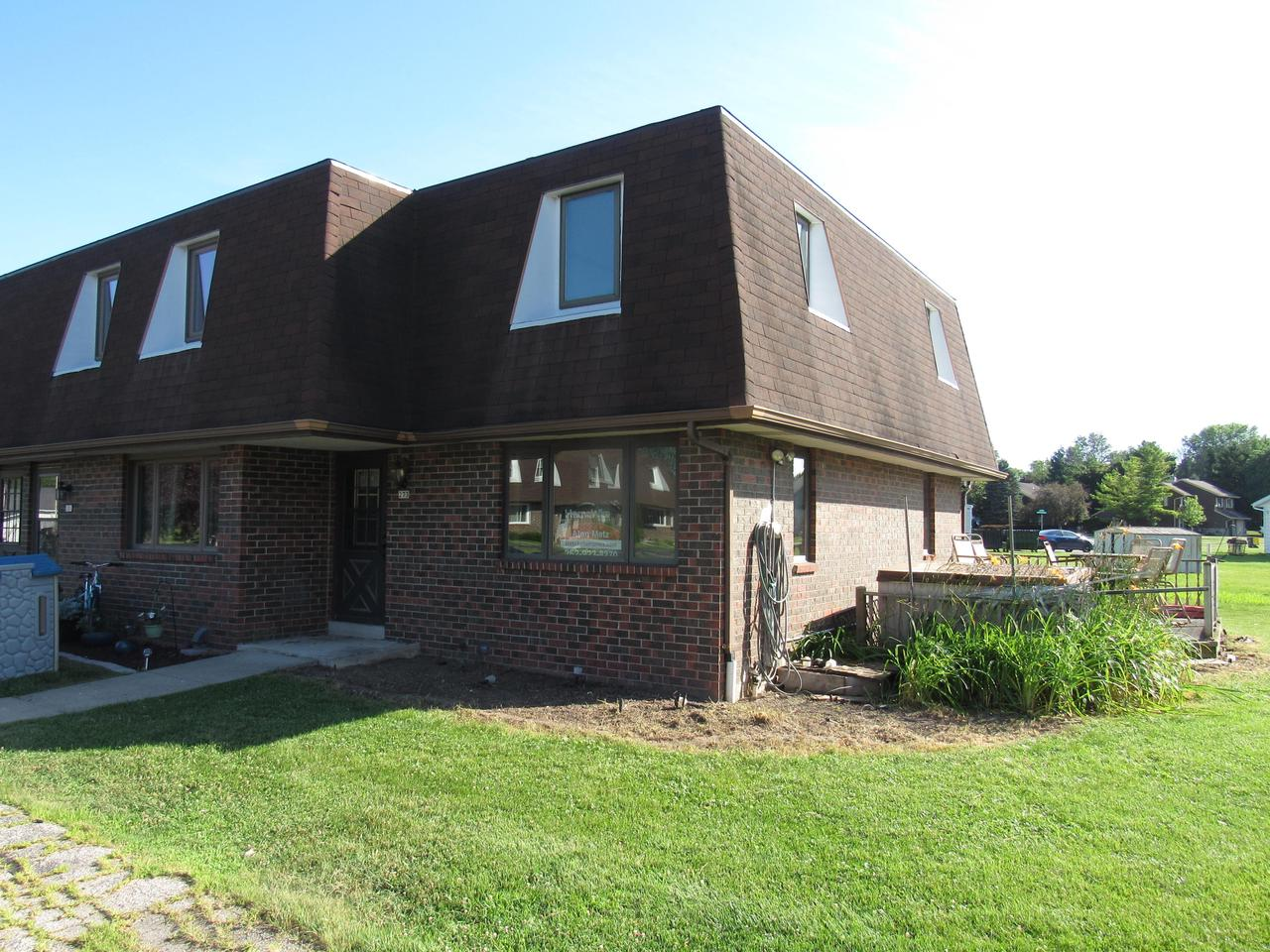 Great starter and Equity builder, New flooring,Carpet, Trim boards, Great location, Quiet Unique condo...Large Bedrooms bath and a half. Tucked away behind main drag of Hartland.