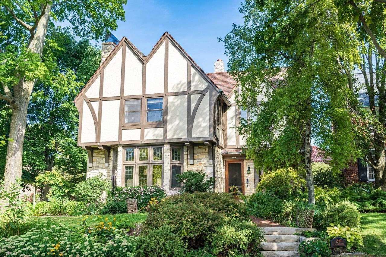 1560 E Blackthorne Pl PLACE, WHITEFISH BAY, WI 53211