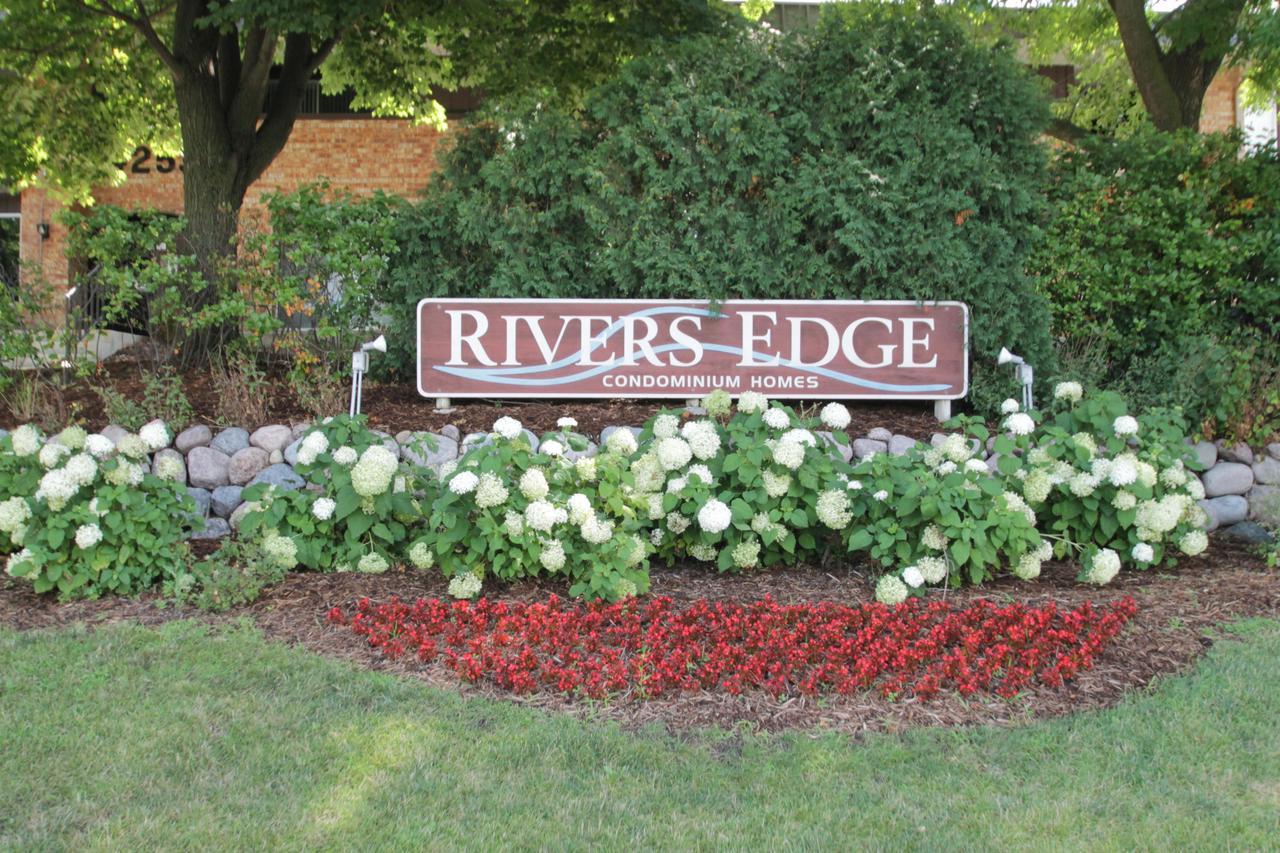 4080 W Rivers Edge Cir CIRCLE 18, BROWN DEER, WI 53209